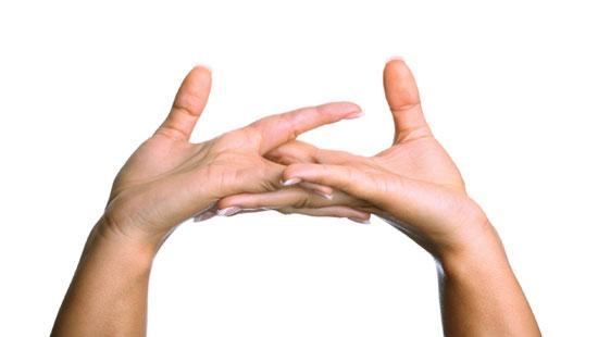 Bẻ các khớp ngón tay sẽ ảnh hưởng đến tuổi thọ xương khớp